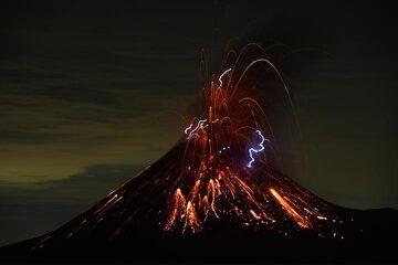 Ausbruch mitz Blitzen am Krakatau (Nov 2018) (Foto: Axel Timm)