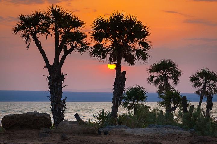 Sunrise at shore of Afdera salt lake (image: Roland Gerth)