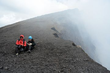 Rosario and  Emanuela during a short break on summit (photo: Tersina Shieh)