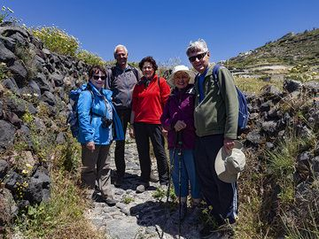 Die kleine Reisegruppe am Wanderweg nach Emporio