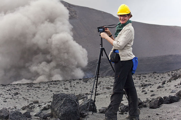 Katharina am Yasur Vulkan