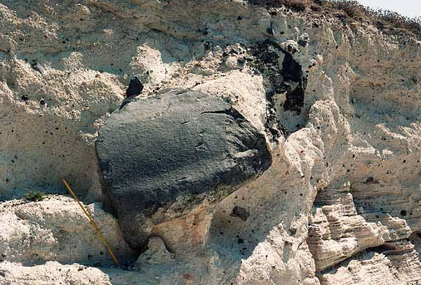 Großer Lavablock, der bei der minoischen Eruption (1627 v.Chr.) auf Santorin aus einem Krater geflogen kam