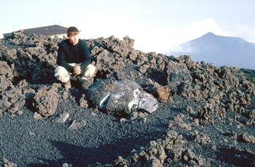Große Bombe, die aus einem der Krater am Ätna ausgeworfen wurde