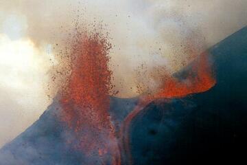 Lava fountain n Etna volcano (17 June, 2001)