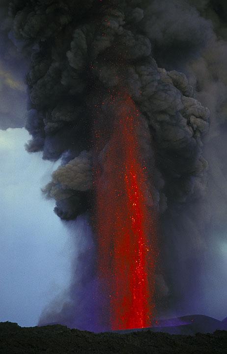 Lavafontäne am Ätna während des Ausbruchs 2001. Die Aktivität ist Phreatomagmatic Ursprungs, was die große Menge an Asche Beteiligten in den Brunnen erklärt: das steigende Wasser auf dem Weg trifft nasse Ebenen, wo der Kontakt zwischen Wasser und Magma gewalttätigen Fragmentierung produziert.