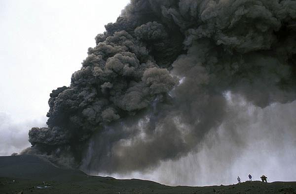 Aschewolke und Aschefall bei einer Eruption des Ätna in 2002