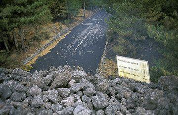 Coulée de lave aa qui coupe la route sur le volcan Etna