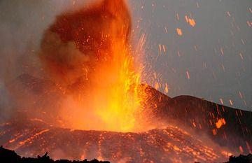 Ein neuer Schlackekegel formt sich beim Ausbruch des Ätna im Jul1 2001 (Foto: Tom Pfeiffer)