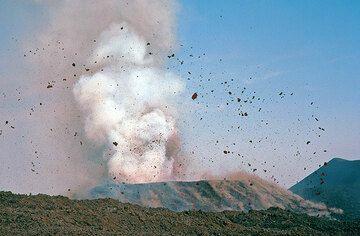 Explosion au niveau du cratère du cône volcanique del Lago de l'Etna, éjectant des bombes de lave, issue de l'éclatement d'une bulle de lave incandescente. De tels fragments de lave pourraient être appelés, des pyroclastes.