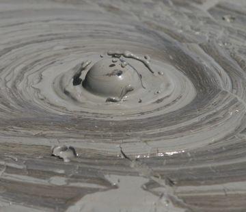 Bulle de gaz lors d'une éruption de boue du volcan Maccalube.