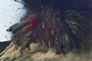 Das explodierende Magma beim Beginn eines vulcanianischen Ausbruchs am Krakatau.