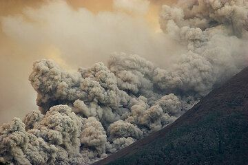 The billowing ash could of the advancing pyroclastic flow.