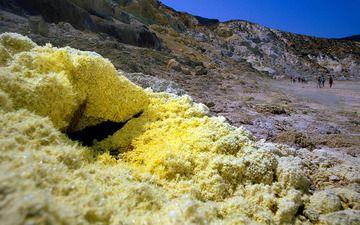 Heisser Gasaustritt (Fumarole) im Stefanos-Krater