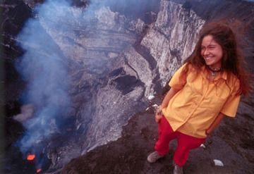 Ulla Lohmann am Marum Krater (Ambrym Vulkan) mit seinem Lavasee