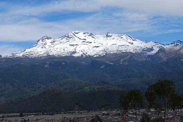 Iztaccihuatl volcano as seen from the Sacromonte mountain in Amecameca, Mexico State (image: Wikimedia Commons, AlejandroLinaresGarcia)