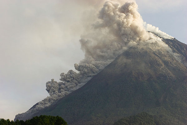 Pyroclastic flow on 27 May 2006, immediately after the earthquake.