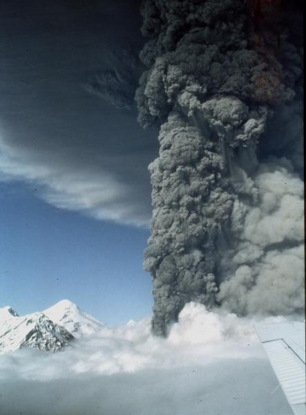The subplinian eruption column of Mt Spurr volcano during the 18 Aug 1992 eruption (photo: Game McGimsey, AVO / USGS)