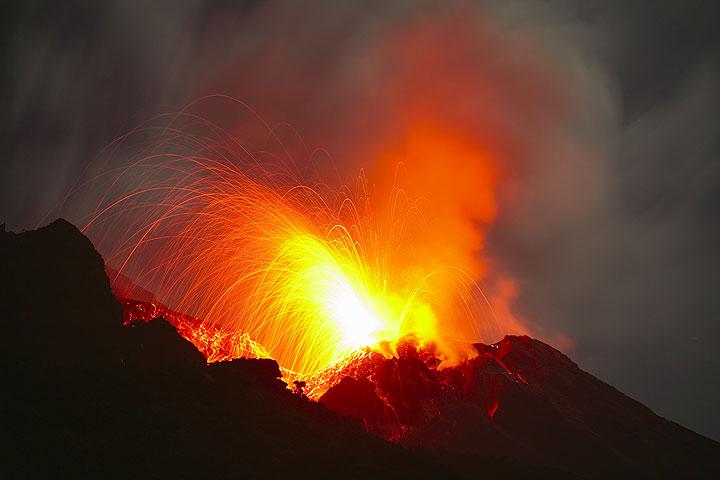 Powerful strombolian eruption from Stromboli volcano